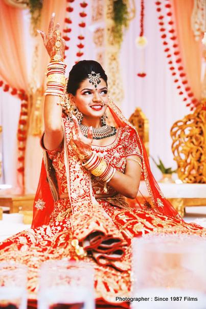 Gorgeous look of bride with heena in hands