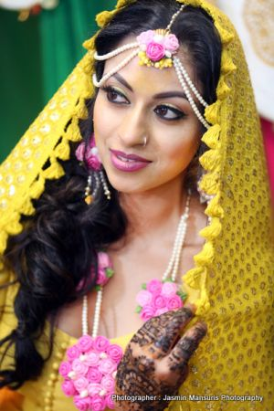 Elegant mehndi On bride's Hand