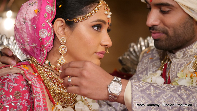 Indian Groom Wears mangalsutra to Bride