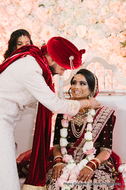 Indian groom wears Mangalsutra to the Bride